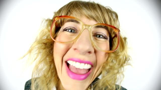 fisheye video av glada 80-talet mellersta ålder kvinna - endast en medelålders kvinna bildbanksvideor och videomaterial från bakom kulisserna