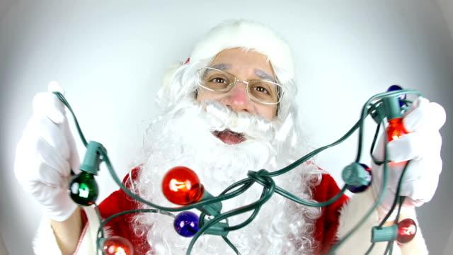 fisheye video weihnachtsmann tanzen mit weihnachtsbeleuchtung - kopfbedeckung stock-videos und b-roll-filmmaterial