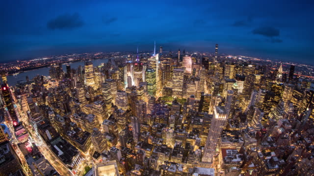 t/l ws ha zo fisheye view of midtown manhattan at dusk / new york city, usa - herauszoomen stock-videos und b-roll-filmmaterial