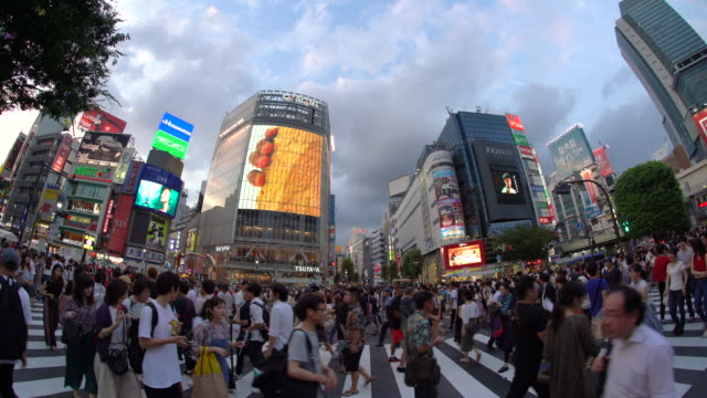 stockvideo's en b-roll-footage met ws fisheye uitzicht op shibuya crossing/tokio, japan - shibuya shibuya station