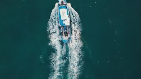vídeos y material grabado en eventos de stock de vista aérea de barco de pesca en medio del mar - barco pesquero