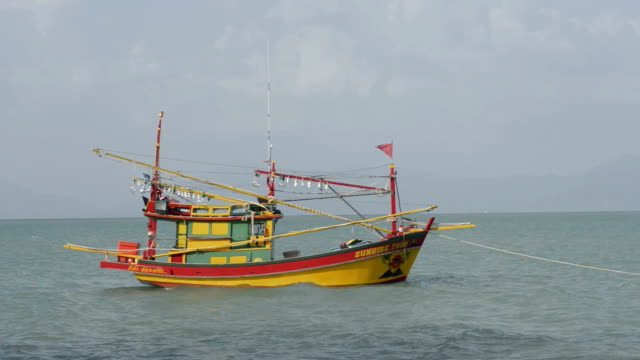 fishing boat as an excursion boat at sea - insel ko samui stock-videos und b-roll-filmmaterial