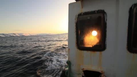 fishing boat at sunset in the sea - drehort außerhalb der usa stock-videos und b-roll-filmmaterial