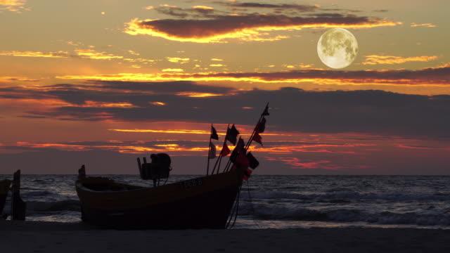 fischerboot im sonnenuntergang  - karibisches meer stock-videos und b-roll-filmmaterial