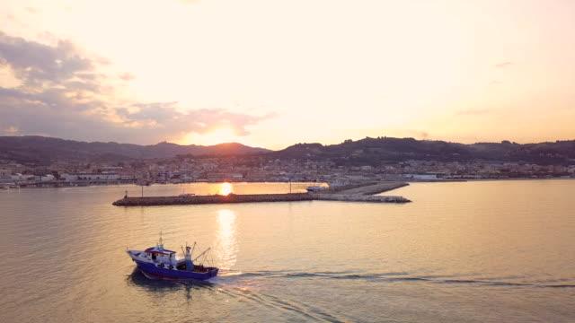 夕暮れ時に、港に漁船が戻ってくる - 水産業点の映像素材/bロール