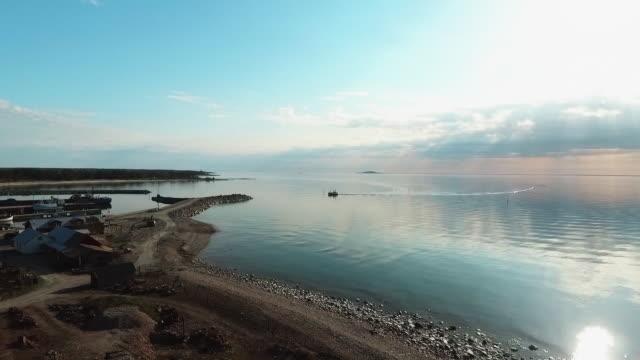 fischerboot kommt in den hafen - ostsee stock-videos und b-roll-filmmaterial
