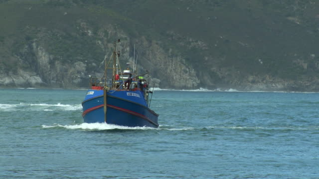stockvideo's en b-roll-footage met ws ts fishing boat entering hout bay harbor, cape town, western cape, south africa - vissersboot