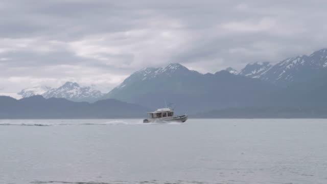 日に向かった釣りボート - アラスカ点の映像素材/bロール