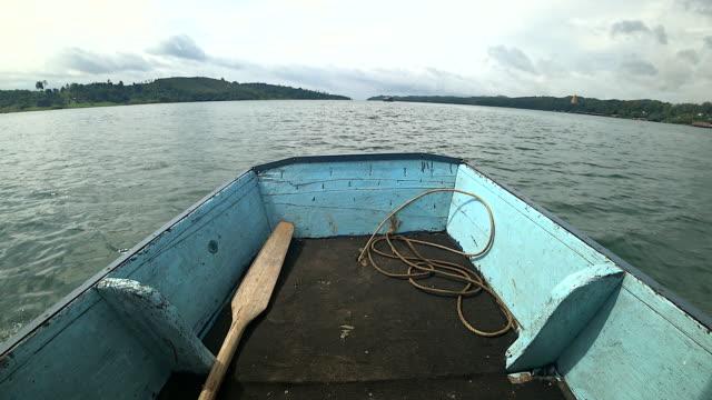 vídeos y material grabado en eventos de stock de barco de pesca en un lago tranquilo agua antigua madera pesquero / madera barco en el agua de un lago de pesca. - remar