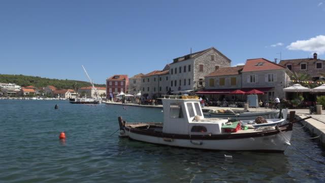 vídeos y material grabado en eventos de stock de fishing boat in port of stari grad - cultura croata