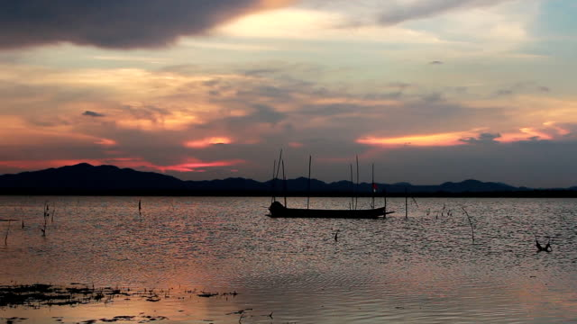 vídeos de stock e filmes b-roll de fishing boat in the lake - natureza morta