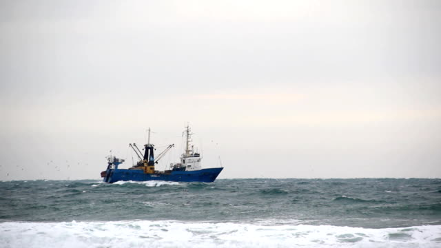 stockvideo's en b-roll-footage met fishing boat in the sea - vissersboot