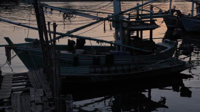 漁船は釣りに出かけ出している。漁師 - 男漁師点の映像素材/bロール