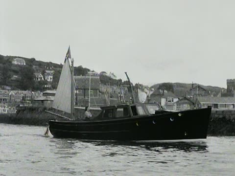 fishing boat leaves looe harbour. - brandungsfischen stock-videos und b-roll-filmmaterial