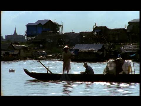vídeos de stock e filmes b-roll de ms, fishing boat on mekong river at sunset, china - sampana