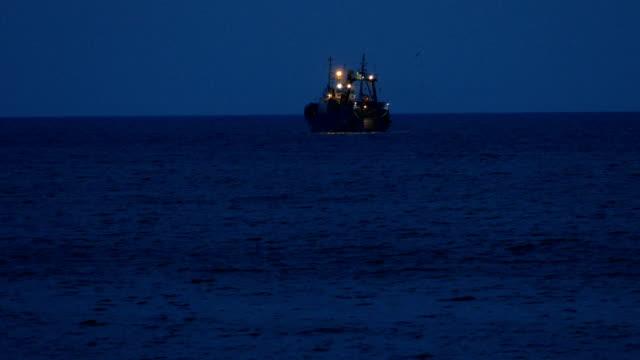 angelboot/fischerboot auf nachtangeln - fischerboot stock-videos und b-roll-filmmaterial