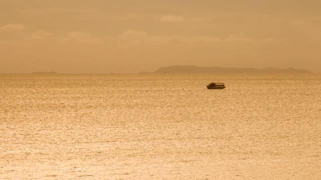 パタヤ - タイの夕暮れ時の海の釣り舟 - ノンタブリー県点の映像素材/bロール