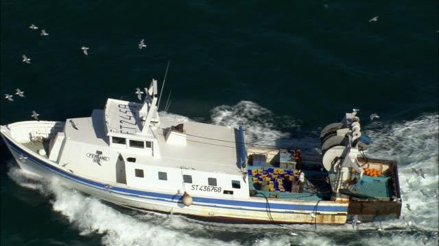vidéos et rushes de low aerial, fishing boat on sea near cap d'agde, languedoc-roussillon, france - chalutier