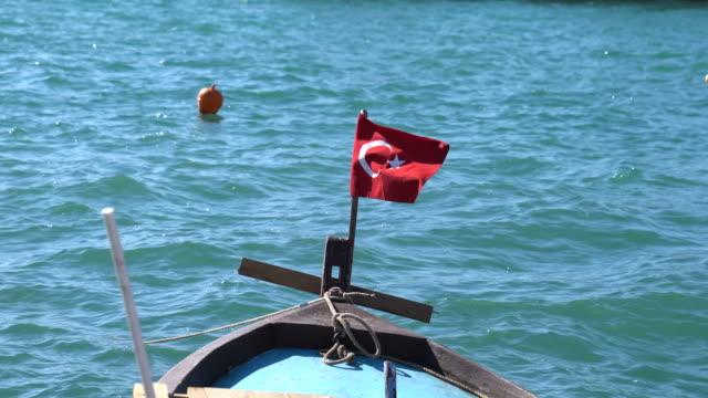vidéos et rushes de bateau de pêche sur la mer - drapeau turc