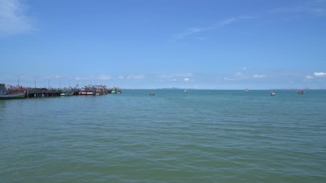 boot vissershaven met zee achtergrond
