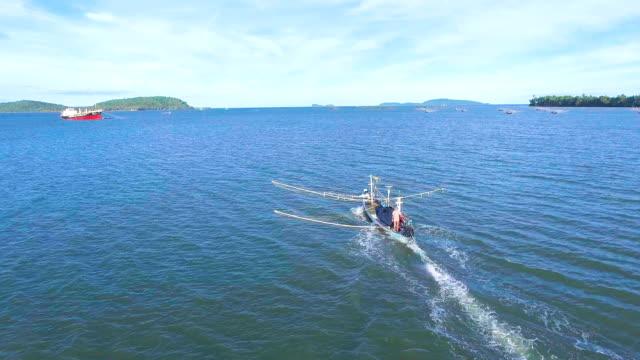 Angelboot/Fischerboot Segeln im Meer mit blauer Himmel Tag, Aerial Video