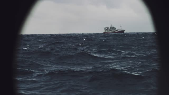 stockvideo's en b-roll-footage met boot zeilen vissen uit op ruwe zee - ruw
