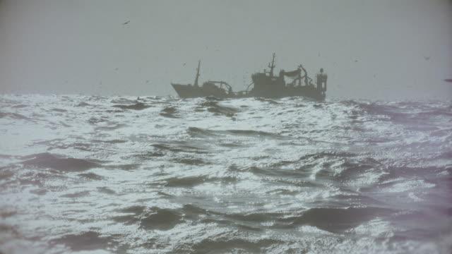 stockvideo's en b-roll-footage met vissersboot trawler zeilen een ruige noordzee - ruw