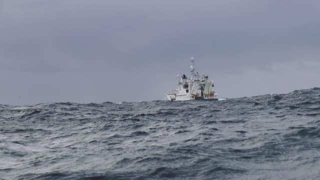 vidéos et rushes de voile de bateau chalutier de pêche à mer agitée - bateau de pêche
