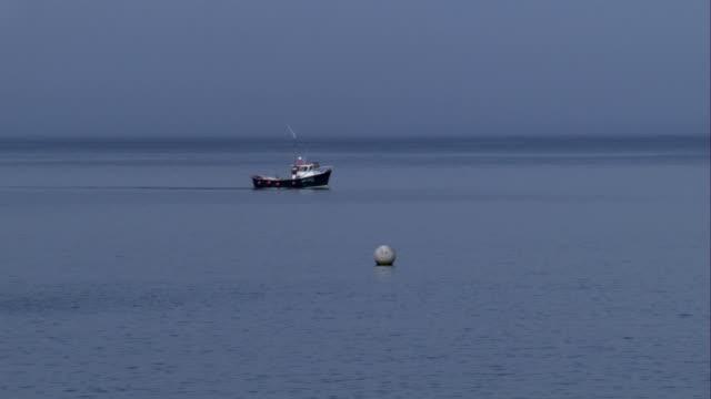 vídeos y material grabado en eventos de stock de a fishing boat trolls off the coast of crovie, scotland. available in hd. - pasear en coche sin destino