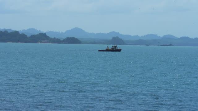漁船、1隻のボートが海上に浮かぶ。 - 軍事点の映像素材/bロール