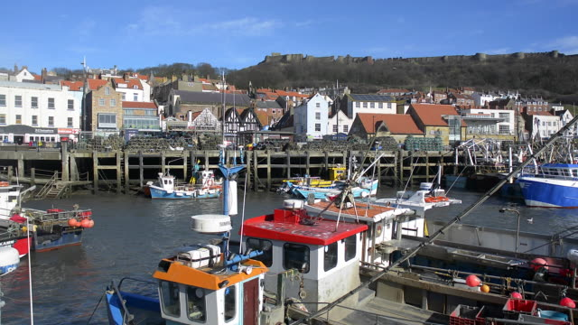 vídeos de stock e filmes b-roll de fishing boats at scarborough. - scarborough reino unido