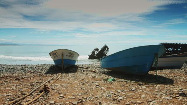 fishing boats by shipwreck - penisola di bassa california video stock e b–roll