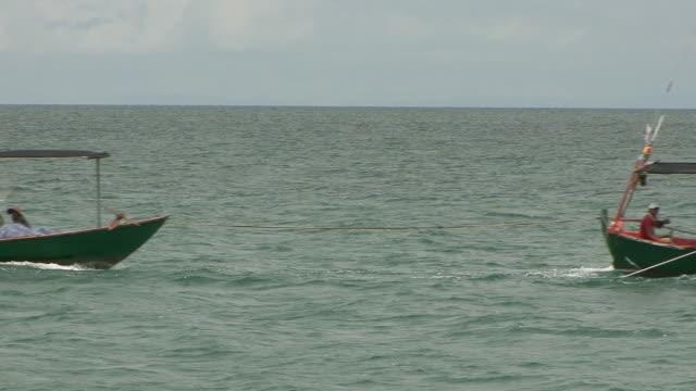 vídeos y material grabado en eventos de stock de ms fishing boats cruising through water / sihanoukville, cambodia - pasear en coche sin destino