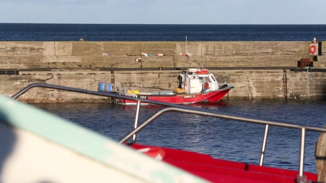 vídeos y material grabado en eventos de stock de fishing boats in craster harbour, northumberland, uk. - balancearse