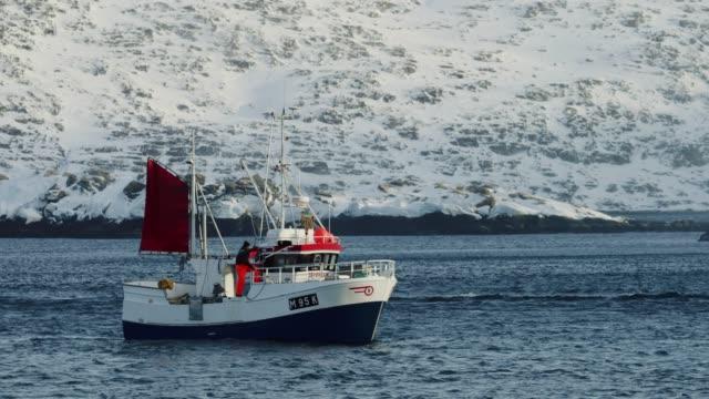 vidéos et rushes de fishing boats in the norwegian arctic sea - bateau de pêche