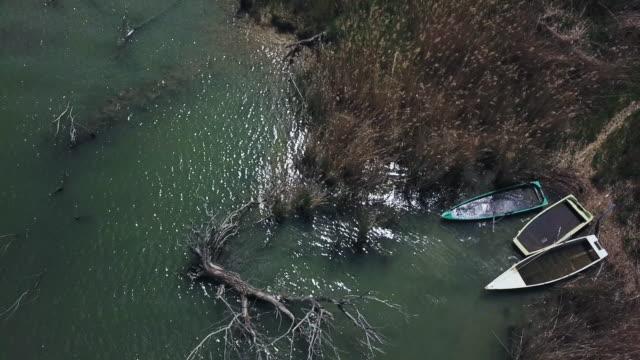 vídeos de stock, filmes e b-roll de fishing boats on lake - umbria
