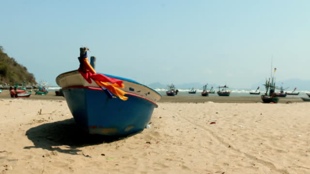 fischerboote am strand - insel phi phi le stock-videos und b-roll-filmmaterial