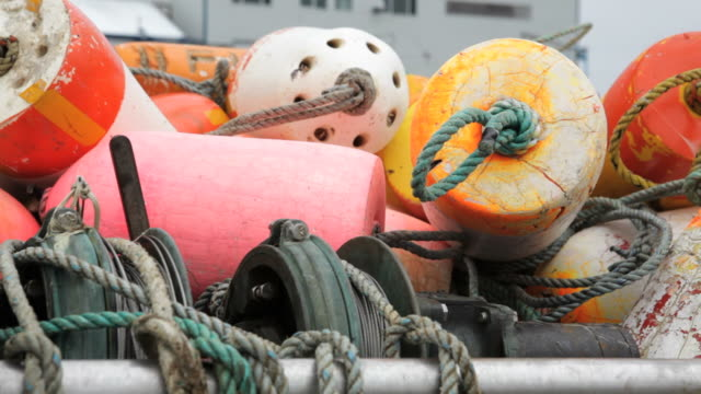vídeos de stock e filmes b-roll de cu, fishing buoys, charleston boat harbor, oregon - exposto ao ar