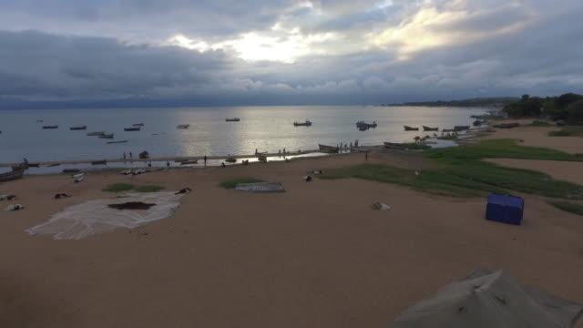 vídeos de stock e filmes b-roll de fishing community on the edge of lake malawi - malávi