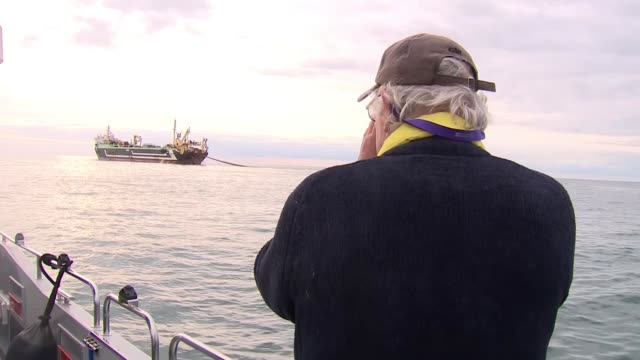 vidéos et rushes de concerns about fish stocks as 'supertrawler' operates in english channel; uk: 'margiris' super trawler fishing in the english channel. english... - bras de mer mer
