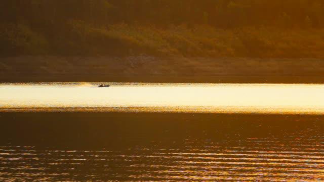 vídeos de stock e filmes b-roll de fishing man boat / thailand - vala