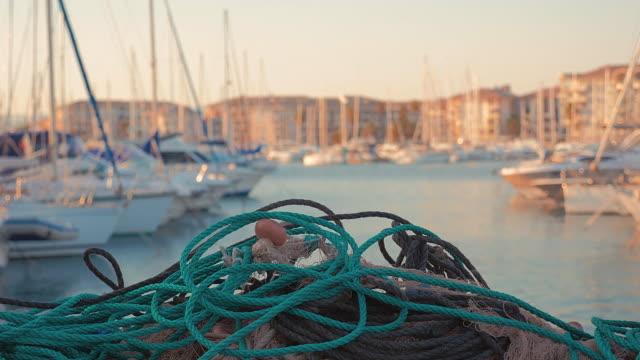 Fischnetz an einem Jachthafen.