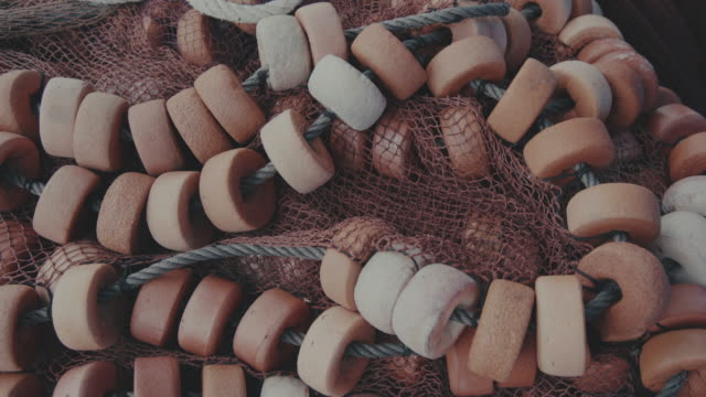 魚捕り網には、ハーバーのヴィーゴ、ガリシア、スペイン - 網状点の映像素材/bロール