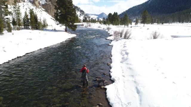 vidéos et rushes de fishing on a scenic river in montana. - lancer la ligne de canne à pêche