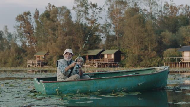 angeln auf dem see! - großvater stock-videos und b-roll-filmmaterial