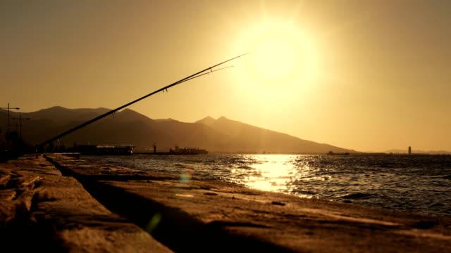 vídeos y material grabado en eventos de stock de pesca en mar - caña de pescar