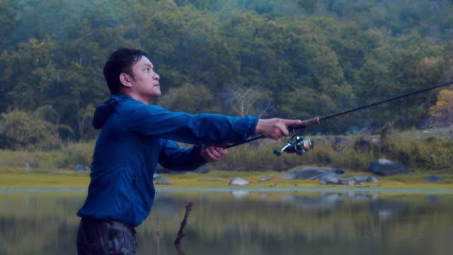 日没時の湖で釣り。 - 釣りをする点の映像素材/bロール