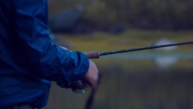 日没時の湖で釣り。 - 男漁師点の映像素材/bロール