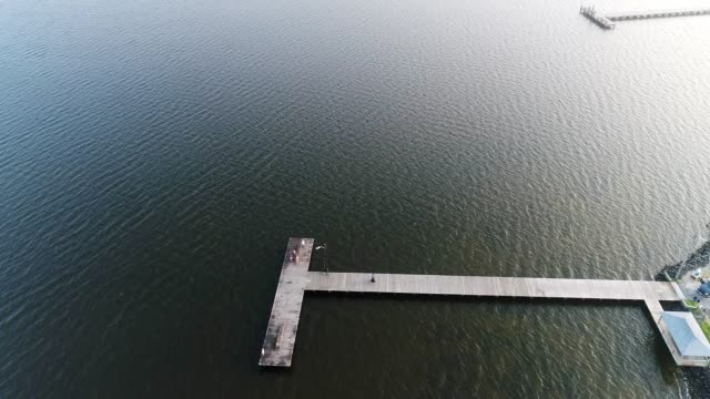 湾にある釣り桟橋 - カニ捕り点の映像素材/bロール