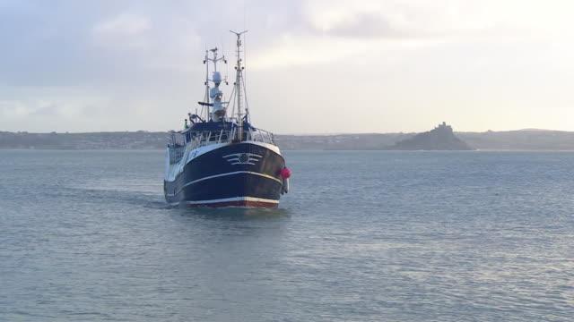 vídeos de stock, filmes e b-roll de fishing trawler coming back into newlyn harbour cornwall - indústria da pesca